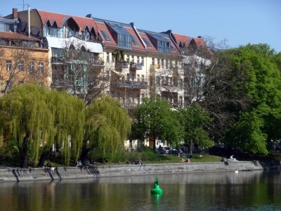 Landwehrkanal mit Fraenkelufer und grüner Boje