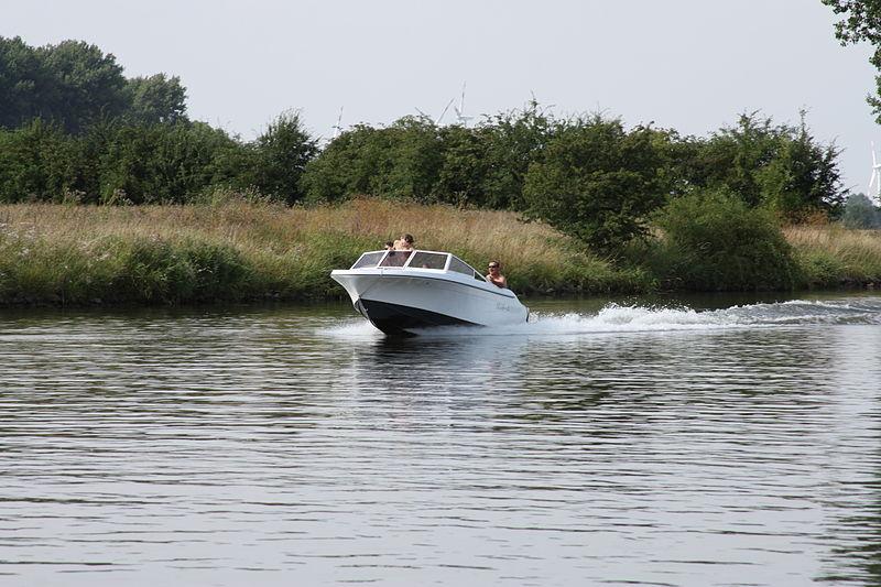 Ein Halbgleiter in Fahrt auf der Weser, vom Ufer aus fotografiert.