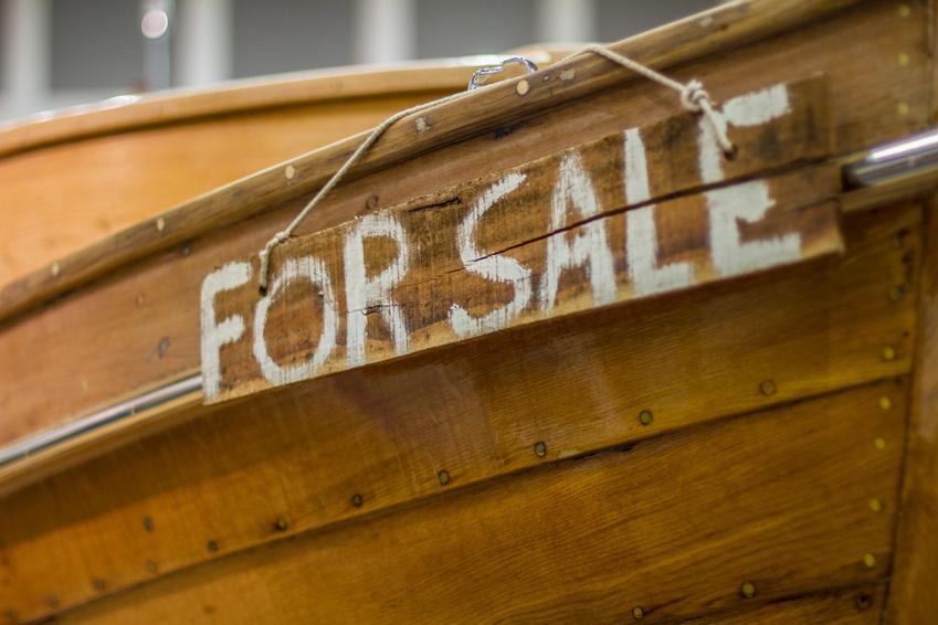 """Der Bug eines Holzbootes von der Seite, mit der Aufschrift """"For Sale"""""""