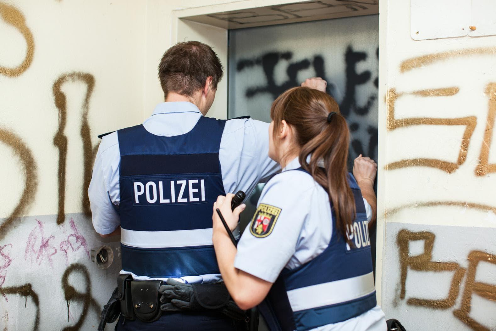 Abschiebung - Symbolfoto einer Polizeimaßnahme an einem Wohngebäude
